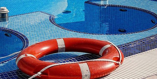 Como rescatar a un niño de una piscina