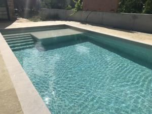 piscina con cubrepiscinas cerca de comillas cobreces cantabria (4)